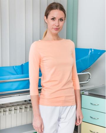 Različni modeli ženskih in moških majic